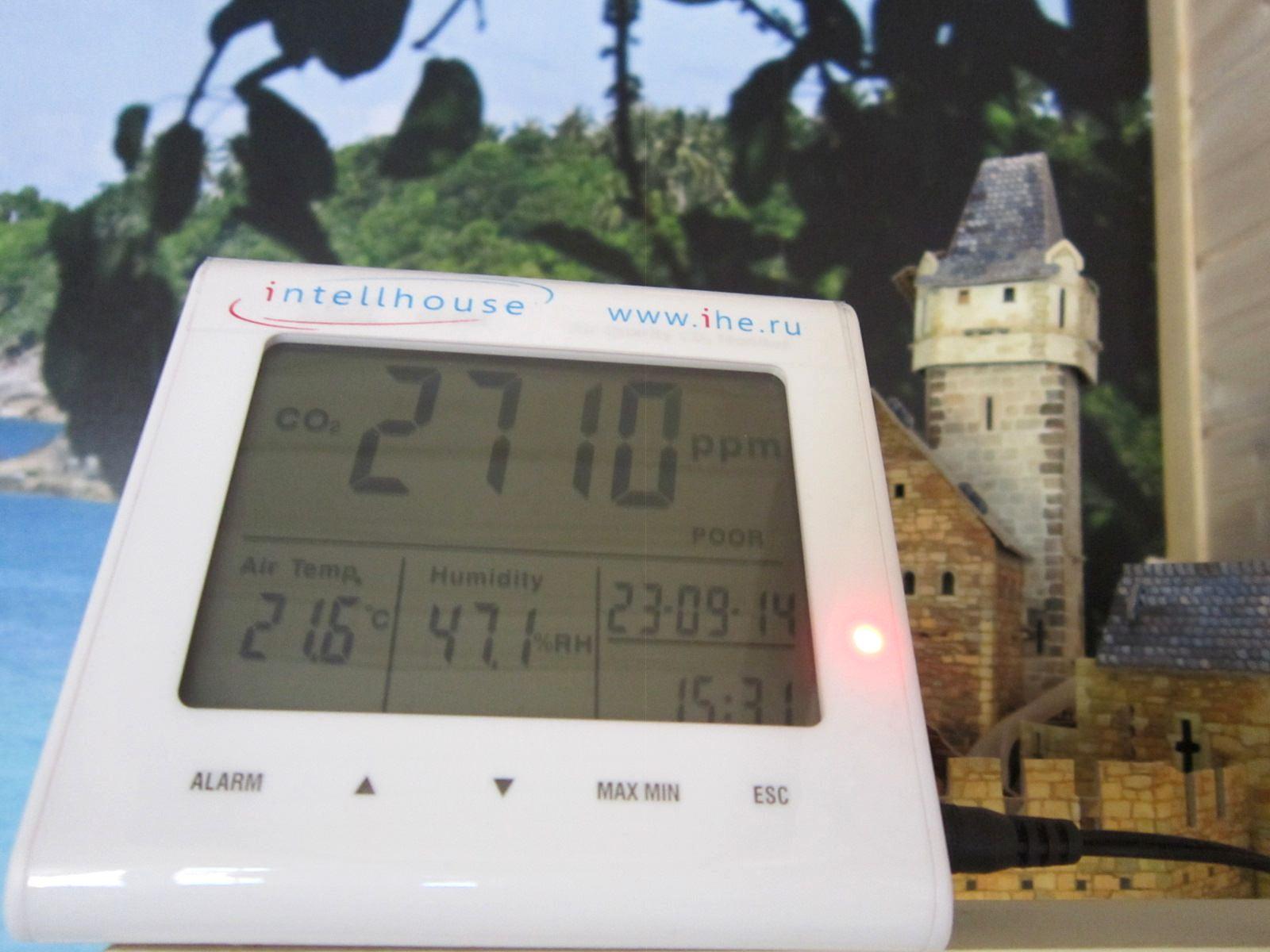 Перед включением вентиляции замерили уровень СО2 в деревянном доме из бруса