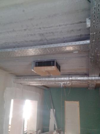 Кассетный кондиционер. Крепится на потолке