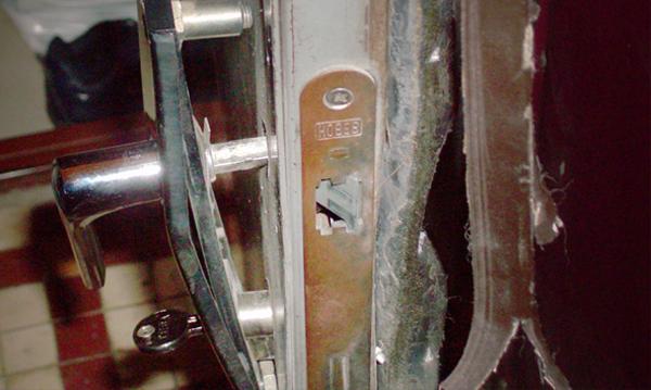 Взломанная дверь в квартиру