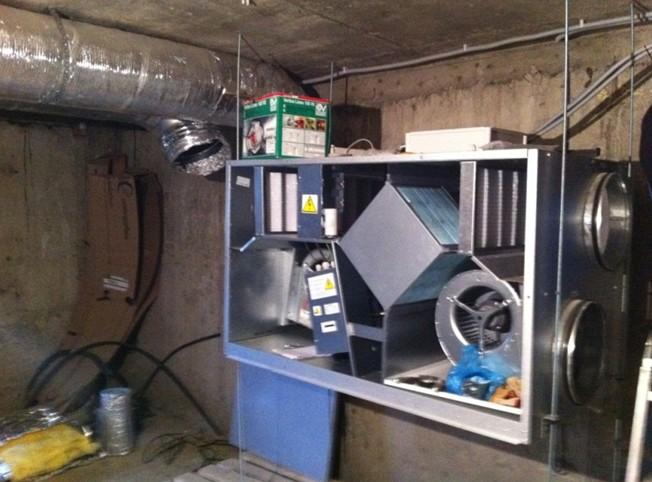 Важно продумать систему вентиляции бани таким образом, чтобы объём оттока воздуха почти соответствовал объёму притока. Он может быть чуть больше, но не меньше