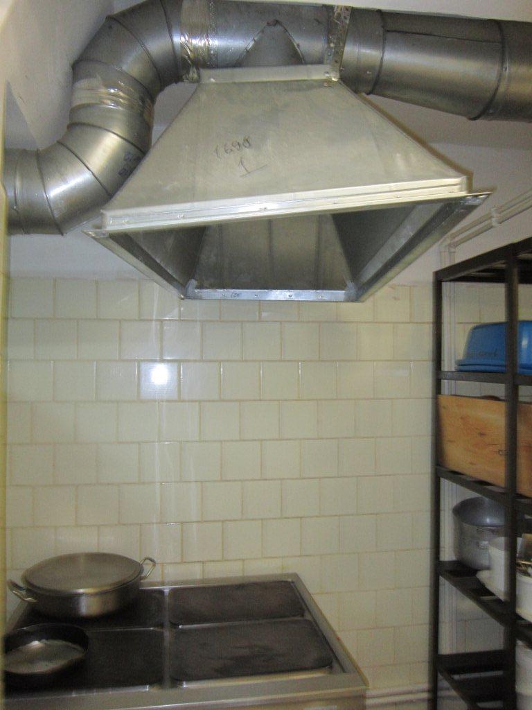 Вытяжка зонт в кухне