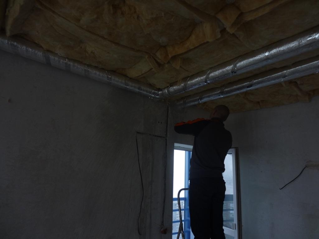 Установка воздуховодов под потолком